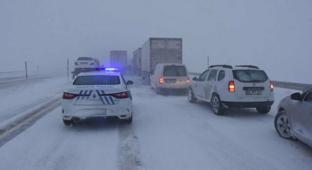 Kar yağışı nedeniyle karayolu ulaşıma kapandı!