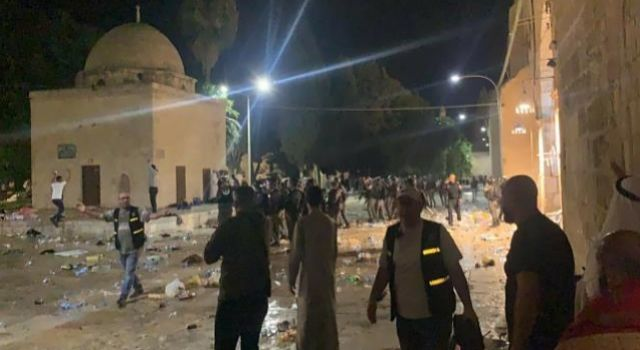 İsrail polisi, Mescid-i Aksa'da cemaate saldırdı