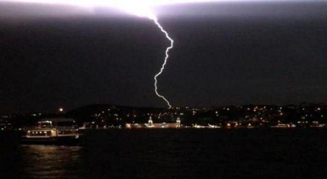 İstanbul'da fırtına dolu! Çatılar uçtu ağaçlar devrildi