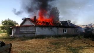 Yangında tek katlı ev kullanılmaz hale geldi